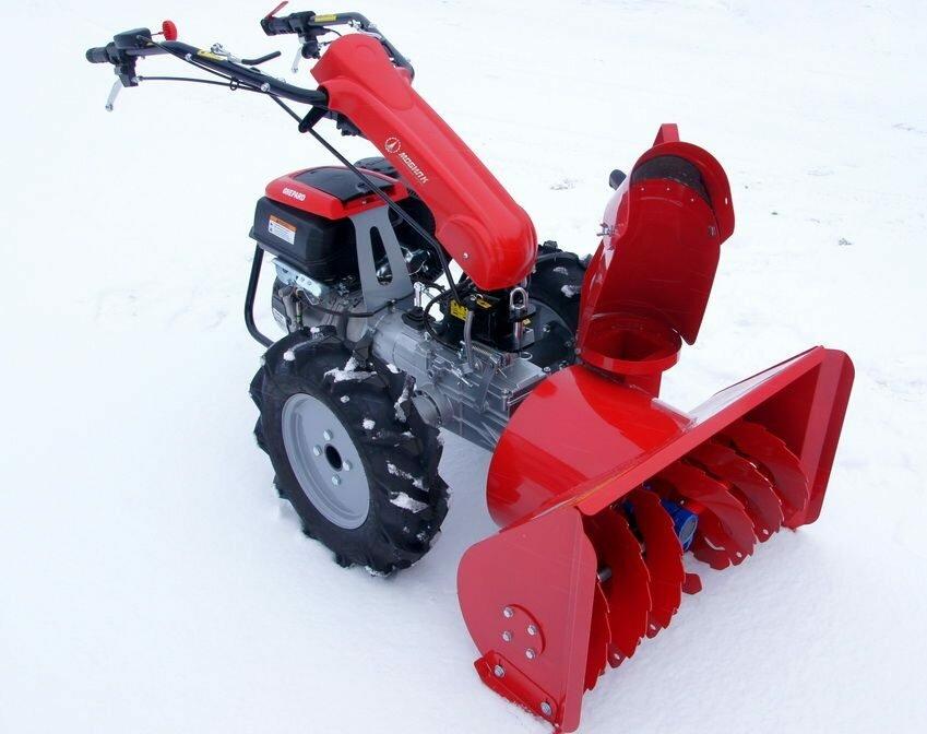 Мотоблок с двухступенчатым снегоочистителем